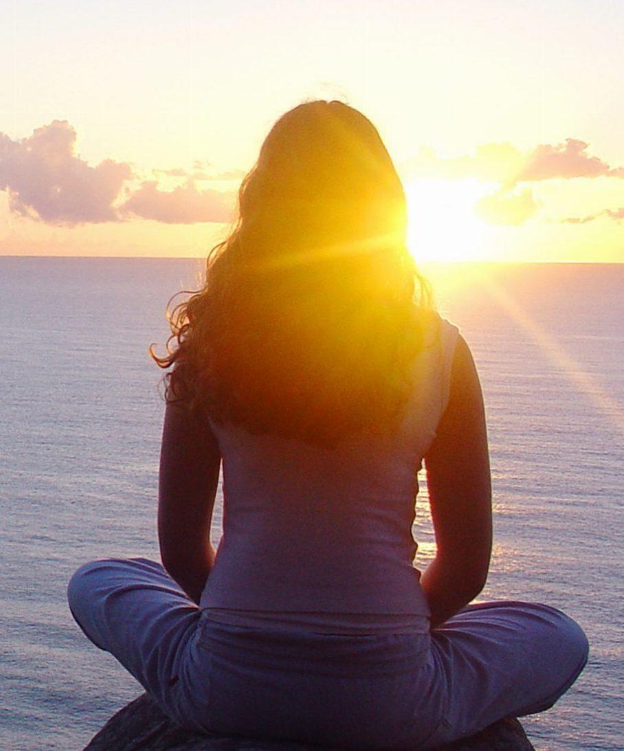 meditazione-donna-su-mare