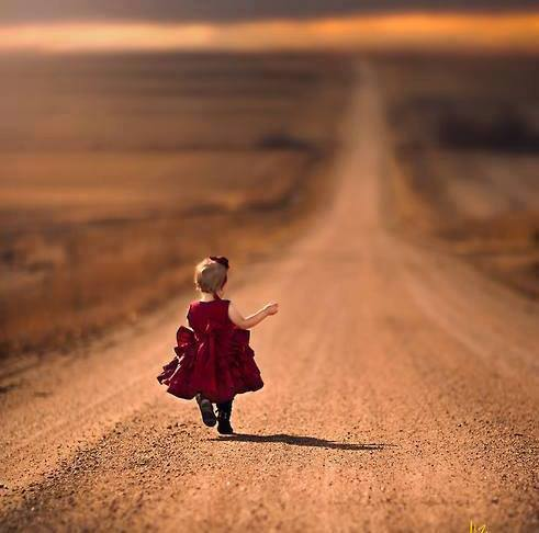 cammino-bambina-vestita-di-rosso-lungo-sentiero